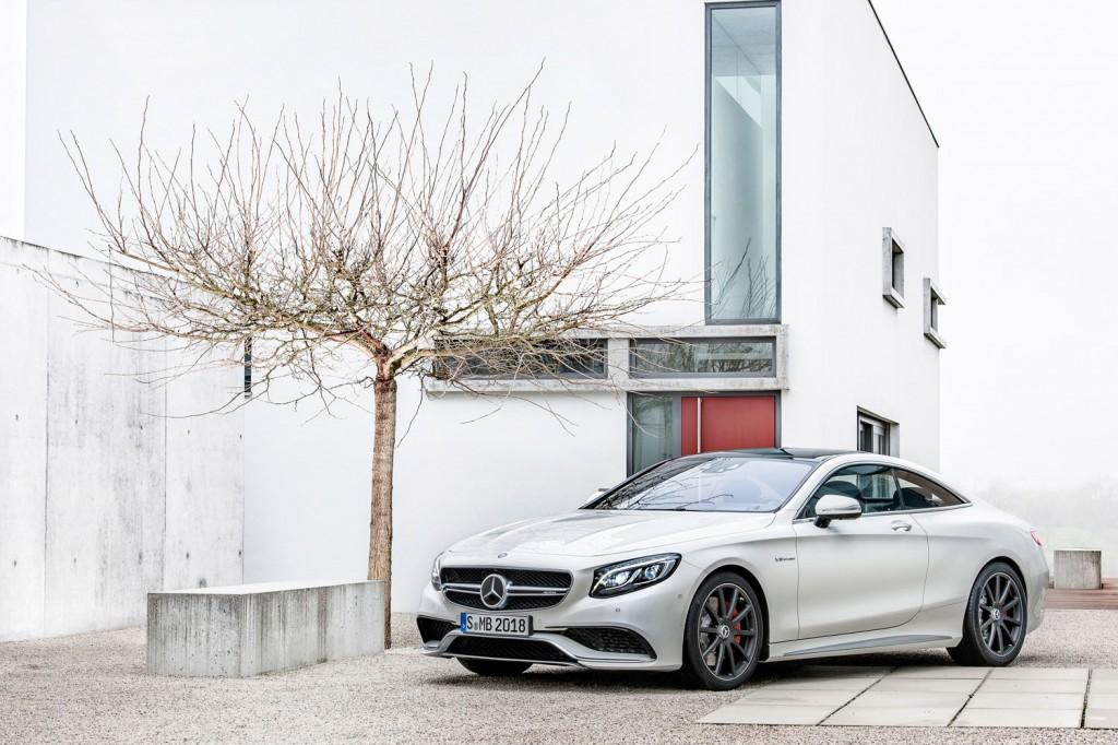 Mercedes-Benz S 63 AMG Coupé in weiß parkend