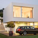 Mercedes-Benz C-Klasse T-Modell 2015 in Braun parkend vor einer Villa am Abend